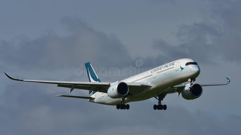 Aerei di Cathay Pacific Airbus A350 XWB da atterraggio di Hong Kong all'aeroporto internazionale di Auckland fotografie stock libere da diritti