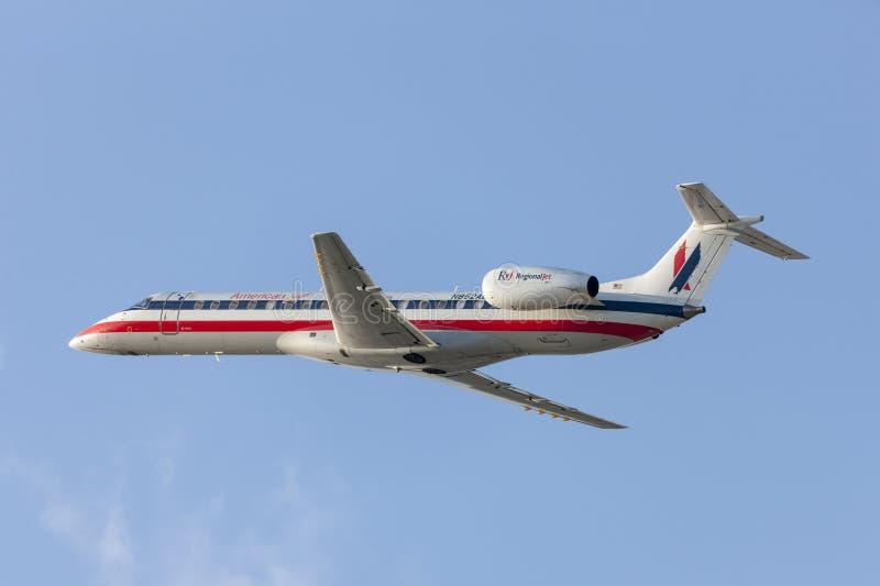 Aerei di Eagle Airlines American Airlines Embraer ERJ-140 dell'americano che decollano dall'aeroporto internazionale di Los Angel fotografia stock