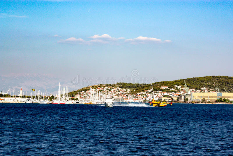 Aerei di estinzione di incendio in Croazia fotografia stock libera da diritti
