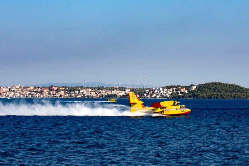 Aerei di estinzione di incendio in Croazia immagine stock
