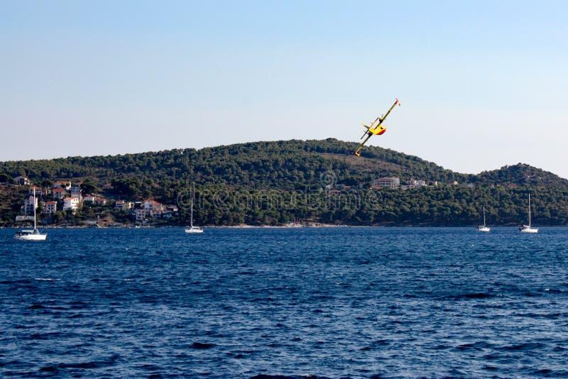Aerei di estinzione di incendio in Croazia immagini stock