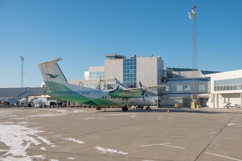 Aerei domestici dell'elica parcheggiati all'aeroporto fotografia stock libera da diritti