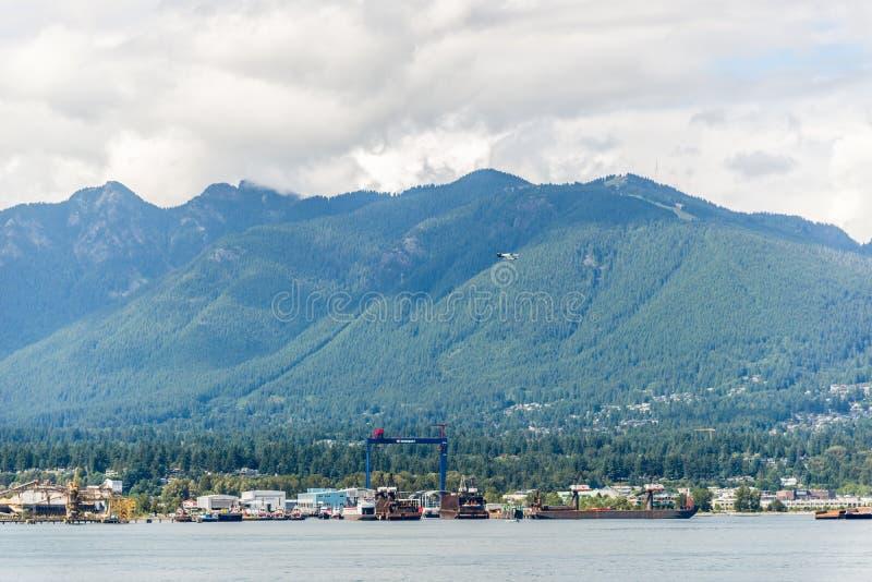 Aerei e barche di mare che dividono l'acqua nel porto di Vancouver fotografia stock libera da diritti