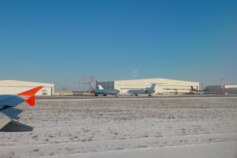 Aerei e capannoni all'aeroporto Kazan, Russia fotografia stock libera da diritti