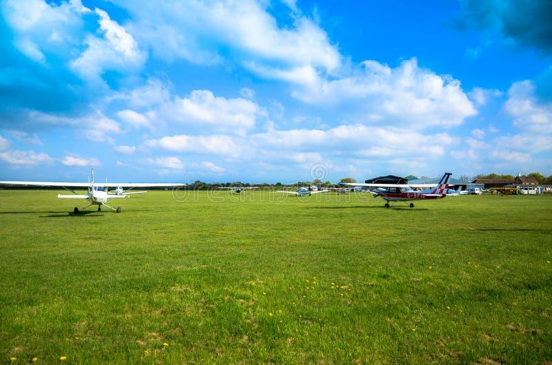 Aerei leggeri all'aerodromo di Headcorn in Risonanza fotografia stock libera da diritti