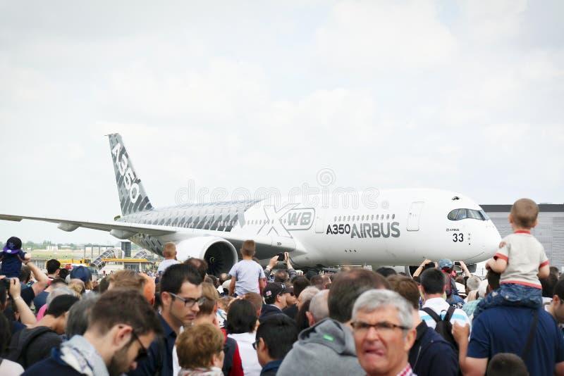 Aerei parcheggiati ad incontrare spazio a Parigi Le Bourget durante l'aeronautica e il airshow e l'aviazione internazionali spazi immagini stock