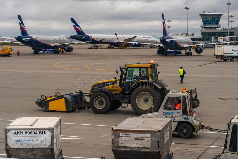 Aerei passeggeri sul parcheggio all'aeroporto di Mosca Sheremetyevo immagini stock libere da diritti