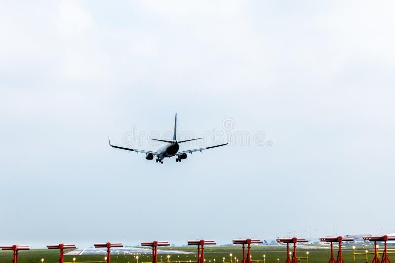 Aerei sull'approccio della pista all'aeroporto di east midlands fotografia stock libera da diritti