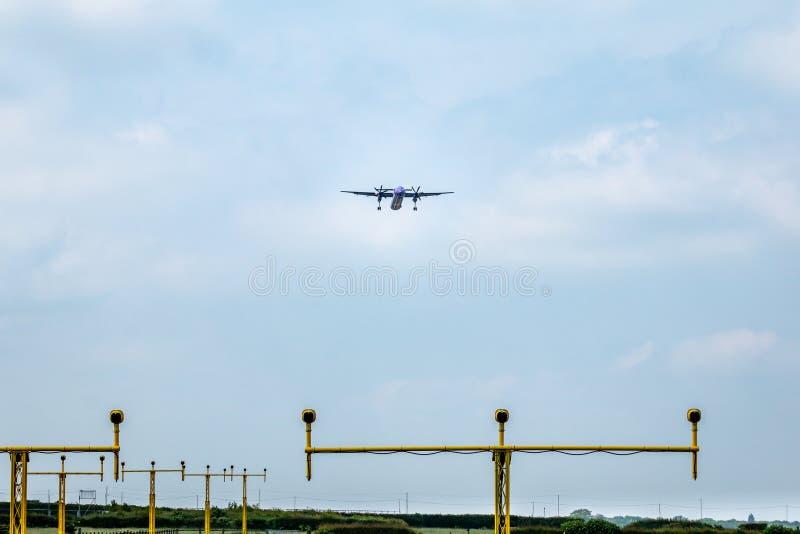 Aerei sull'approccio della pista all'aeroporto di east midlands fotografia stock