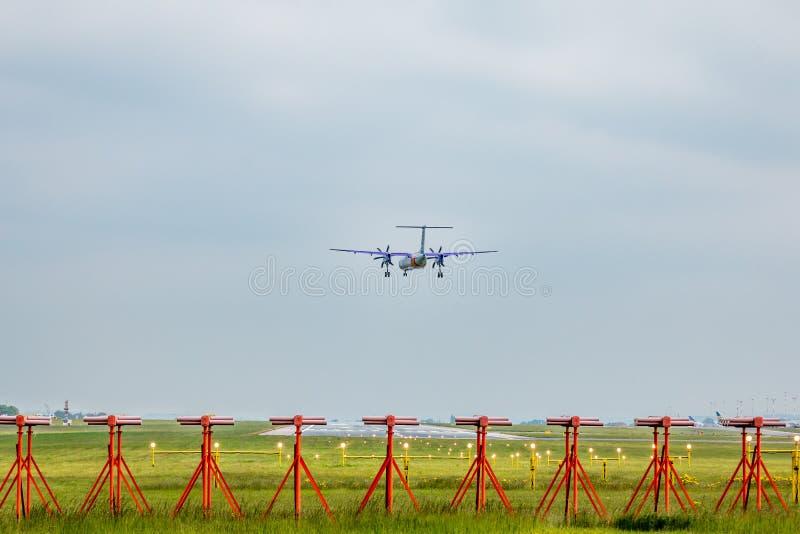 Aerei sull'approccio della pista all'aeroporto di east midlands immagini stock