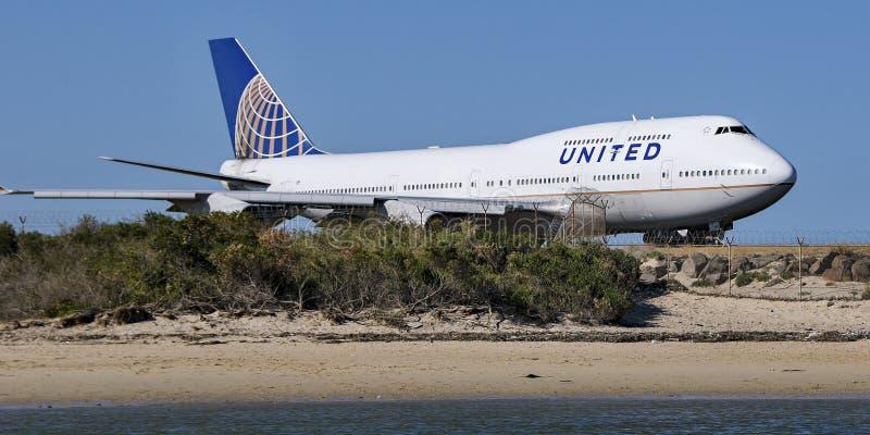 Aerei sulla pista dell'aeroporto con cielo blu Novembre 2013 austral fotografia stock libera da diritti