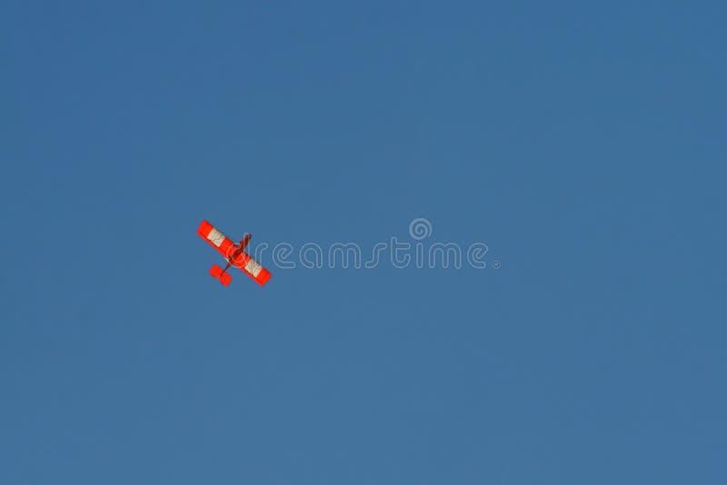 Aereo arancio in cielo immagine stock libera da diritti