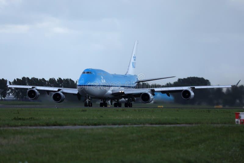 Aereo B 747 di KLM che rulla sull'AMS di Schiphol dell'aeroporto di Amsterdam, sera fotografia stock