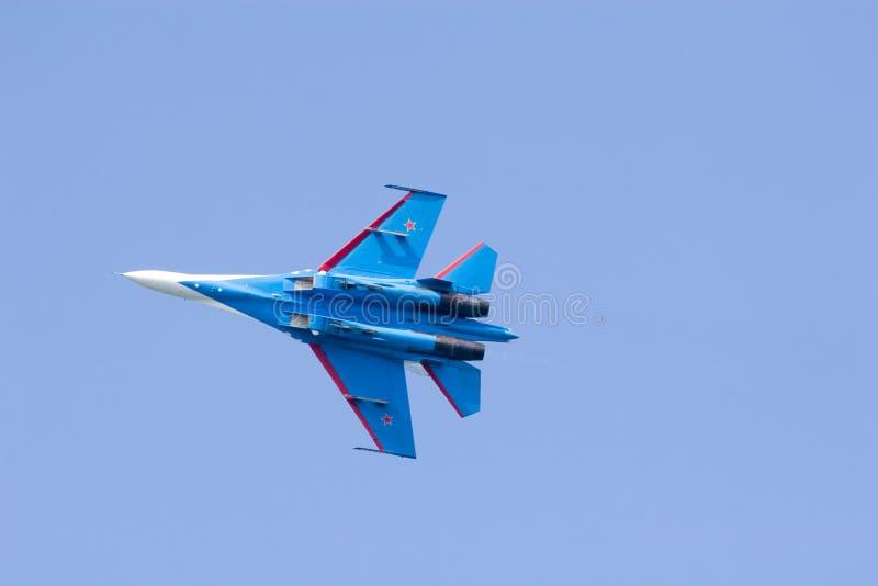 Aereo blu in cielo blu fotografia stock libera da diritti
