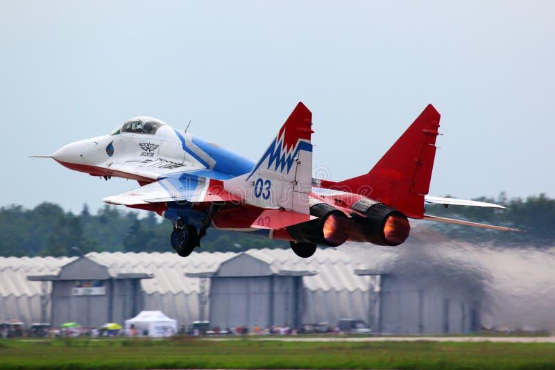 Aereo da caccia del BLU di Mikoyan MiG-29 03 che decolla all'aria di Kubinka per fotografia stock