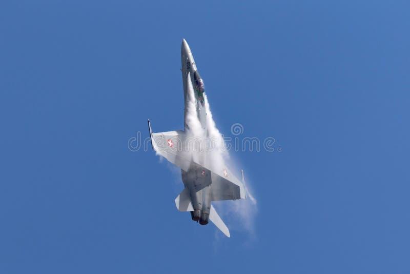 Aereo da caccia svizzero J-5005 del calabrone di McDonnell Douglas F/A-18C dell'aeronautica durante l'esposizione di volo a RAF W fotografie stock