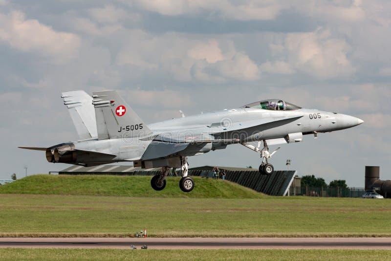 Aereo da caccia svizzero J-5005 del calabrone di McDonnell Douglas F/A-18C dell'aeronautica sull'approccio a terra a RAF Waddingt immagini stock