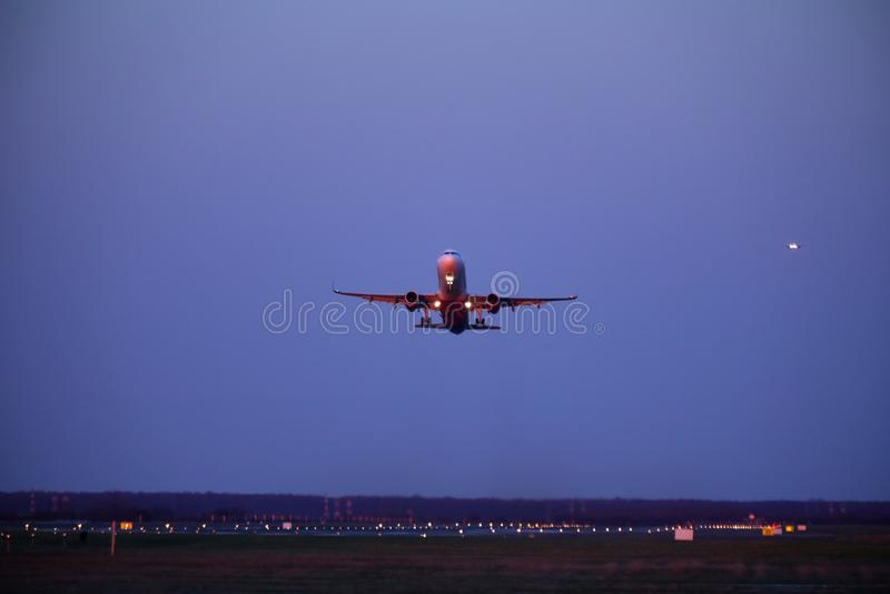 Aereo decollato dalla pista, cielo blu scuro fotografia stock libera da diritti