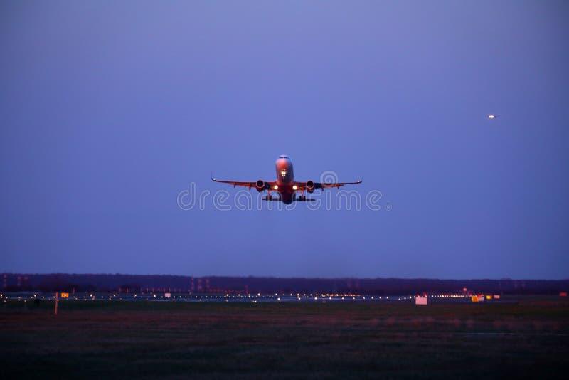 Aereo decollato dalla pista, cielo blu scuro fotografie stock libere da diritti