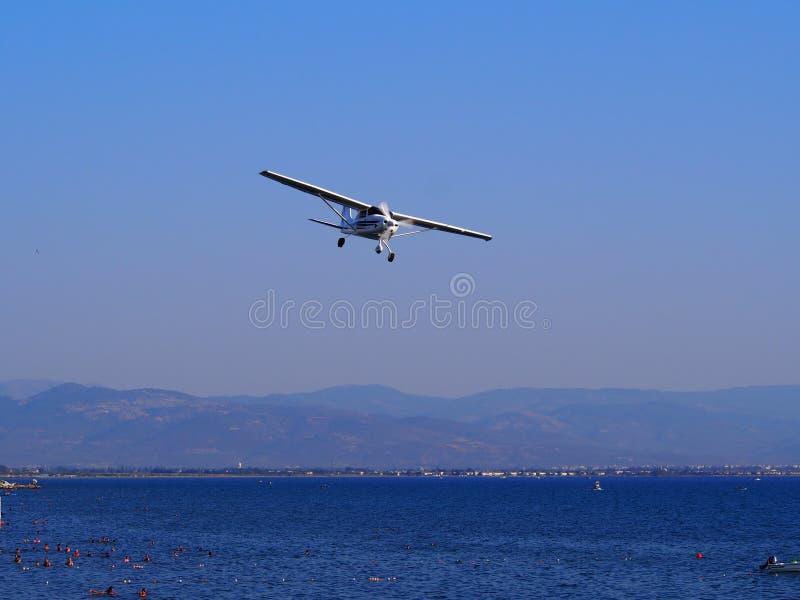 Aereo del Cessna in volo fotografie stock