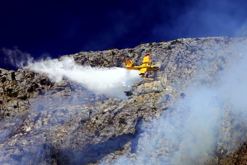 Aereo del pompiere nell'azione fotografia stock libera da diritti