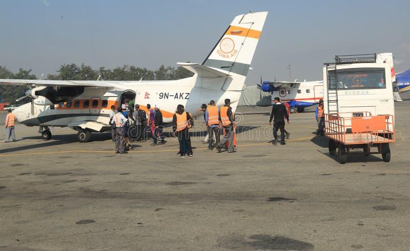 Aereo dell'aria di Goma il piccolo che ottiene redy per decolla a Lukla fotografia stock