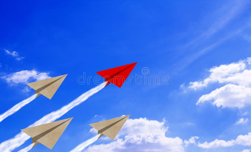 Aereo della carta di concetto di direzione su cielo blu immagine stock