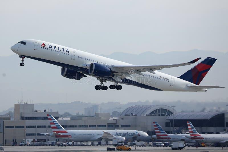 Aereo A350 della Delta Airlines decollato dall'aeroporto di Los Angeles fotografia stock libera da diritti