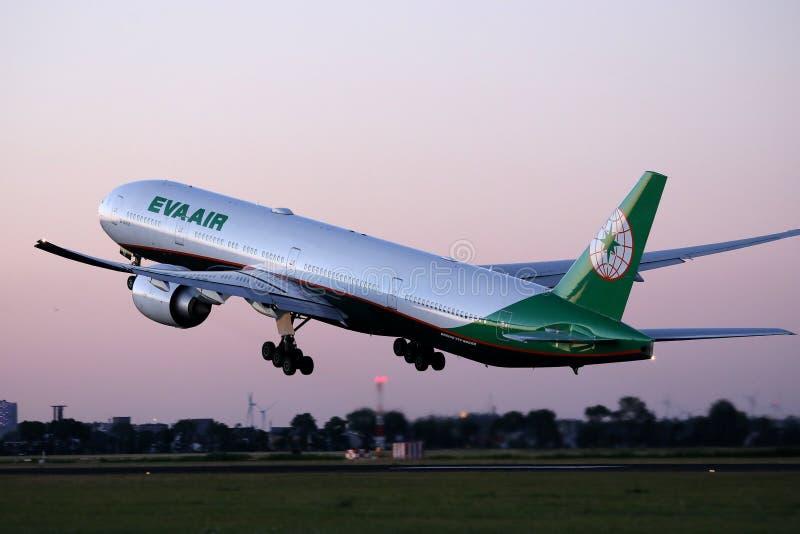 Aereo di Eva Air che decolla dalla pista immagine stock