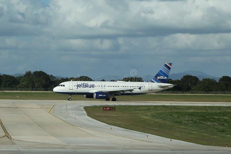 Aereo di Jet Blue su catrame a La Romana International Airport fotografia stock