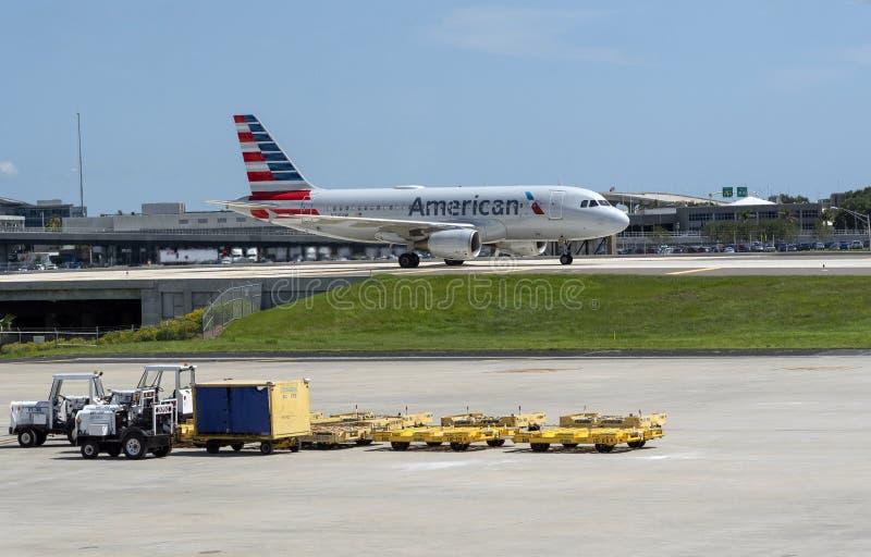 Aereo di linea americano su una pista di rullaggio alzata a Tampa U.S.A. fotografia stock libera da diritti