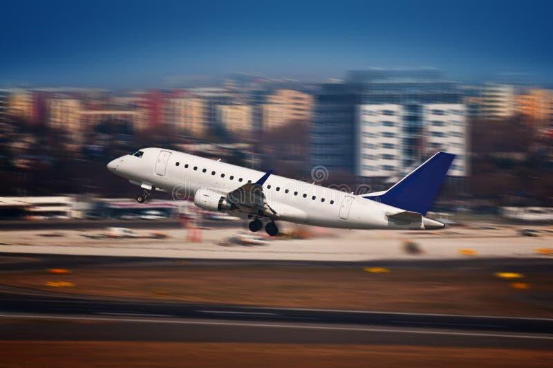 Aereo di linea che decolla dall'aeroporto - mosso immagine stock libera da diritti