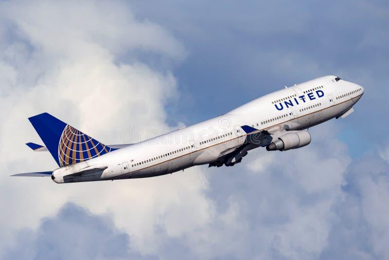 Aereo di linea del Jumbo-jet di United Airlines Boeing 747 che decolla da Sydney Airport immagine stock
