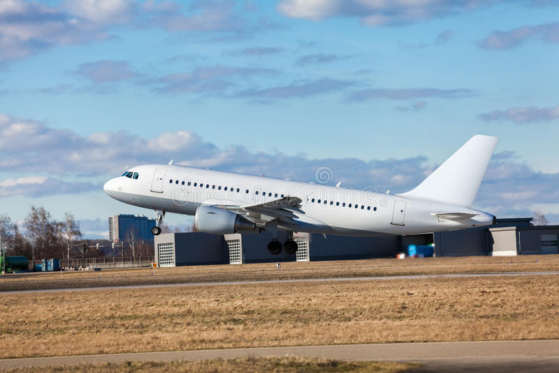 Aereo di linea del passeggero che decolla ad un aeroporto fotografie stock libere da diritti