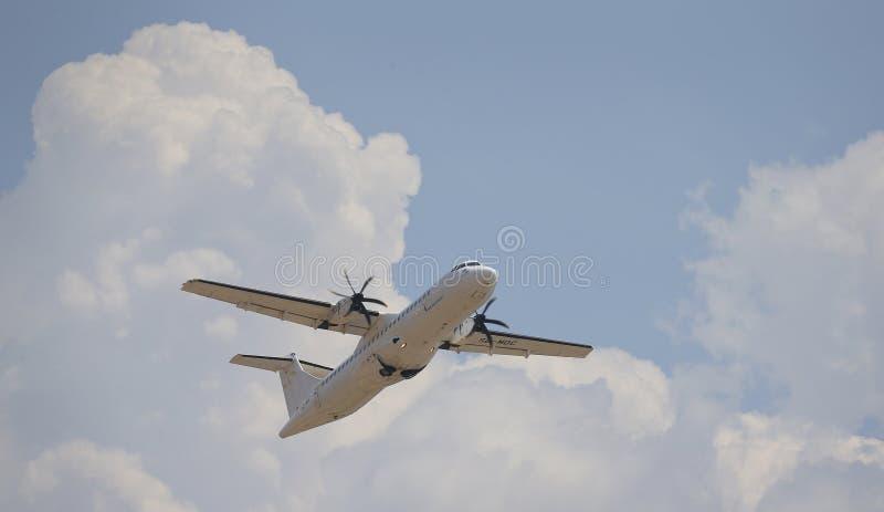 Aereo di linea delle eliche che decolla dall'aeroporto di Palma di Maiorca fotografie stock libere da diritti