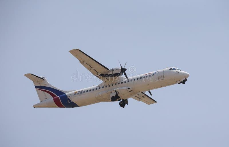 Aereo di linea delle eliche che decolla dall'aeroporto di Palma di Maiorca immagini stock libere da diritti