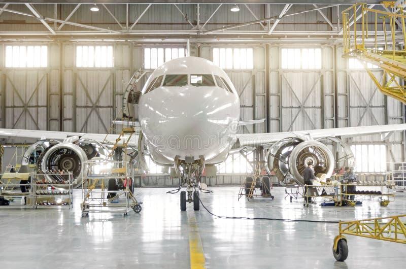 Aereo di linea su mantenimento della riparazione motore-smontata delle lame e della fusoliera del motore nel capannone dell'aerop immagini stock