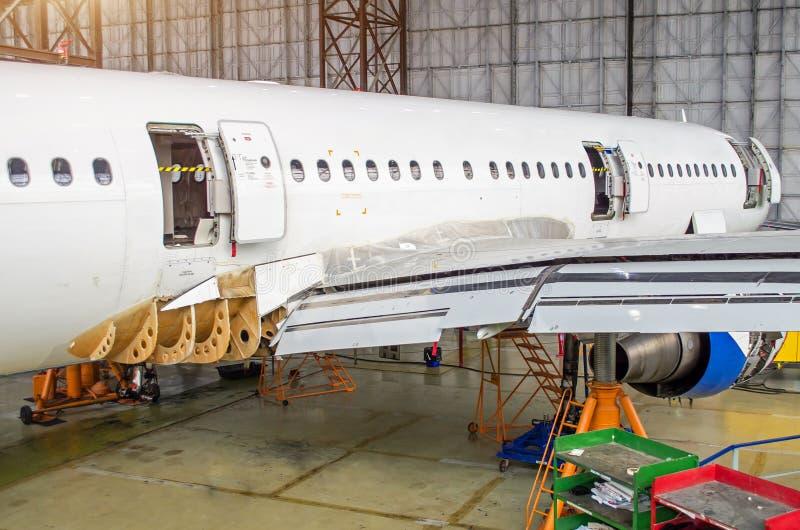 Aereo di linea su manutenzione, una vista della parte posteriore della fusoliera nel capannone dell'aeroporto fotografie stock libere da diritti