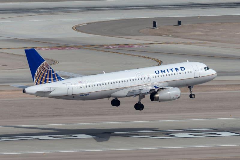 Aereo di linea di United Airlines Airbus A320 sull'approccio a terra all'aeroporto internazionale di McCarran a Las Vegas fotografia stock
