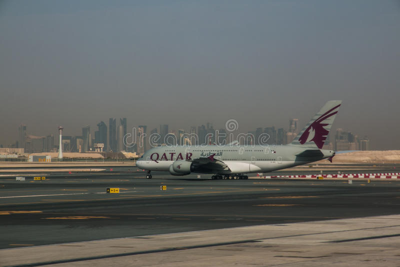 Aeroporto Qatar : Aereo di qatar airways all aeroporto doha fotografia
