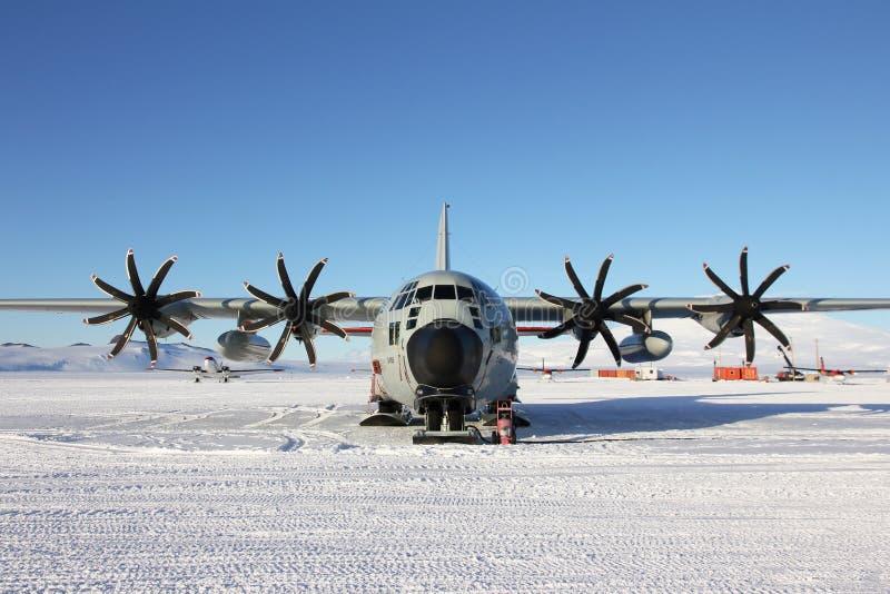 Aereo di sci LC130 sulla pista della neve a McMurdo fotografia stock