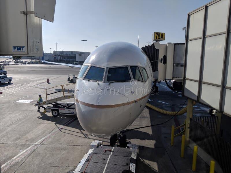 Aereo di United Airlines parcheggiato al terminale di aeroporto di LASSISMO immagine stock