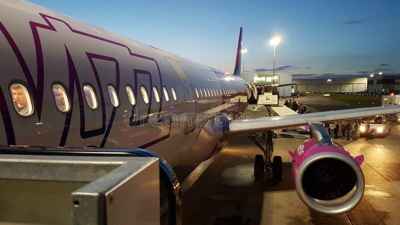 Aereo di Wizz Air sull'aeroporto di Luton a Luton, Regno Unito fotografia stock libera da diritti