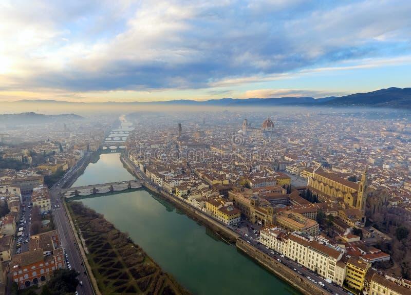 aereo Panorama della città di FIRENZE in Italia con la cupola e il della Signoria di Palazzo ed il fiume di arno immagini stock