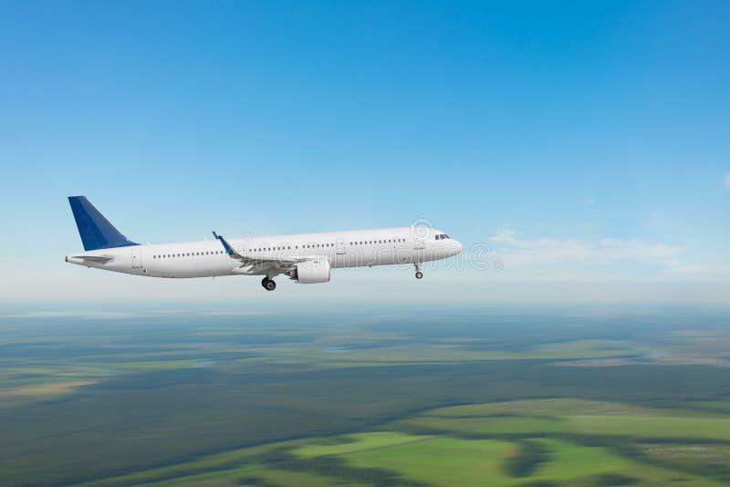 Aereo passeggeri in avvicinamento all'atterraggio sulla campagna vicino all'aeroporto fotografia stock libera da diritti