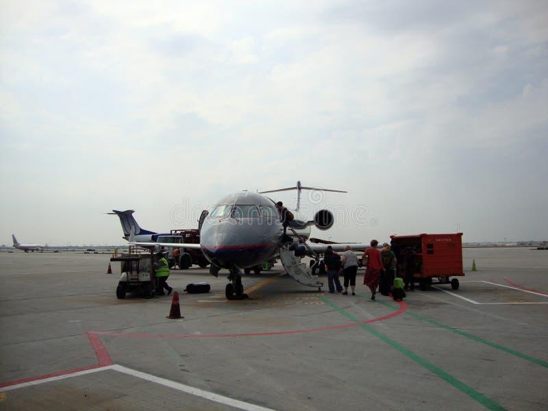 Aereo preciso di United Airlines del bordo della gente il piccolo ha parcheggiato sul tarma fotografia stock libera da diritti