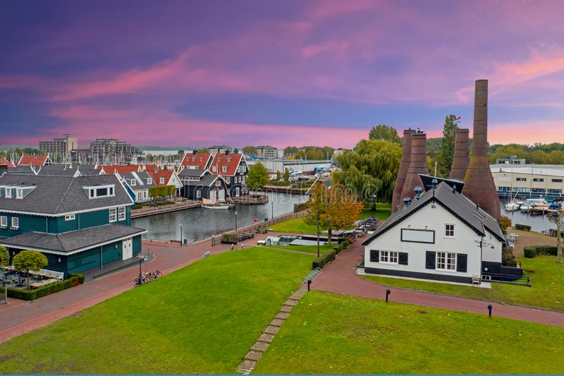 Aereo proveniente da una fabbrica tradizionale di mattoni e da abitazioni nei Paesi Bassi di Huizen al tramonto fotografie stock