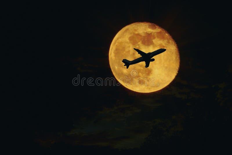 aereo, siluetta degli aerei contro la luna piena fotografie stock libere da diritti