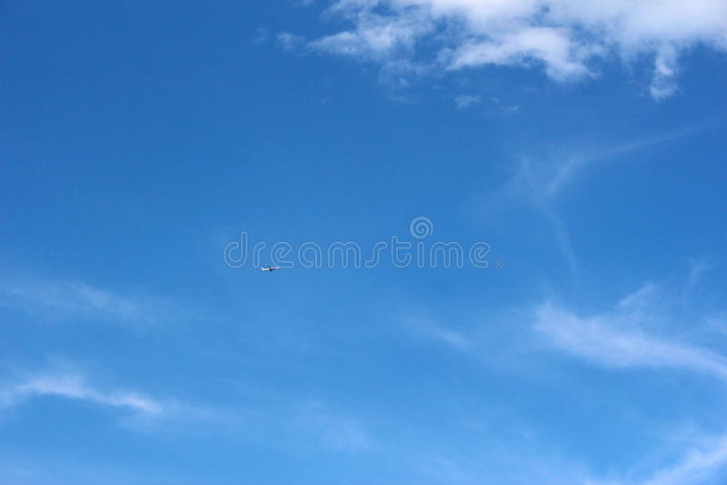 Aereo su chiaro cielo blu