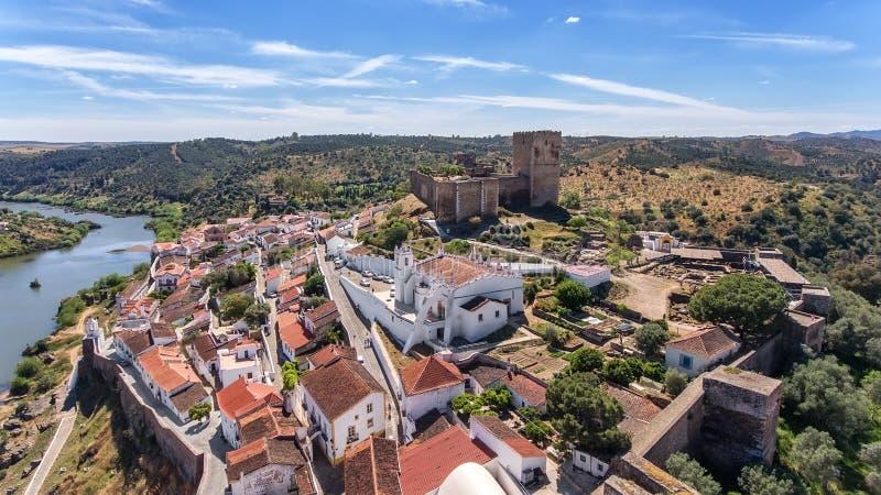 aerial Das Dorf von Mertola filmte mit Brummenhimmel Portugal Alentejo Guadiana stockbilder